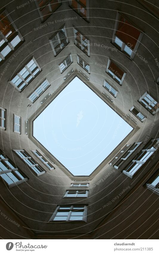 D Haus Gebäude Architektur Fassade Fenster ästhetisch außergewöhnlich eckig blau grau Hinterhof Innenhof gerade Lichthof Lichteinfall trist Sprossenfenster