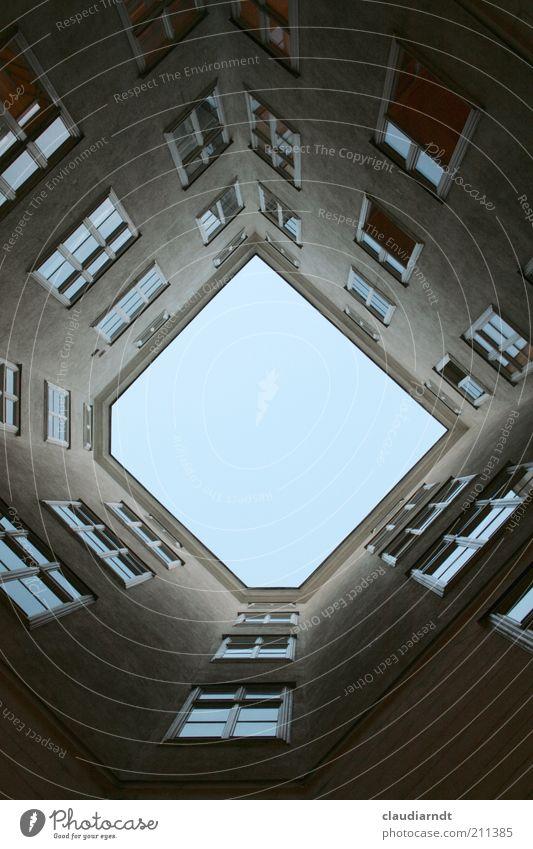 D Himmel blau Haus Fenster grau Gebäude Architektur Fassade ästhetisch trist außergewöhnlich aufwärts Hinterhof vertikal gerade