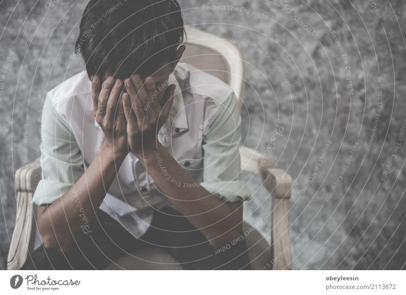 asiatischer Mann, der alleine im Haus sitzt Gesicht Mensch Erwachsene Verkehr Herz Denken Traurigkeit weinen Armut Wut Schmerz Einsamkeit Angst Verzweiflung