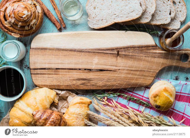 frisches Brot und Backwaren auf Holz Lebensmittel Croissant Essen Frühstück Kaffee Lifestyle alt hell klug Farbfoto Gedeckte Farben Morgen
