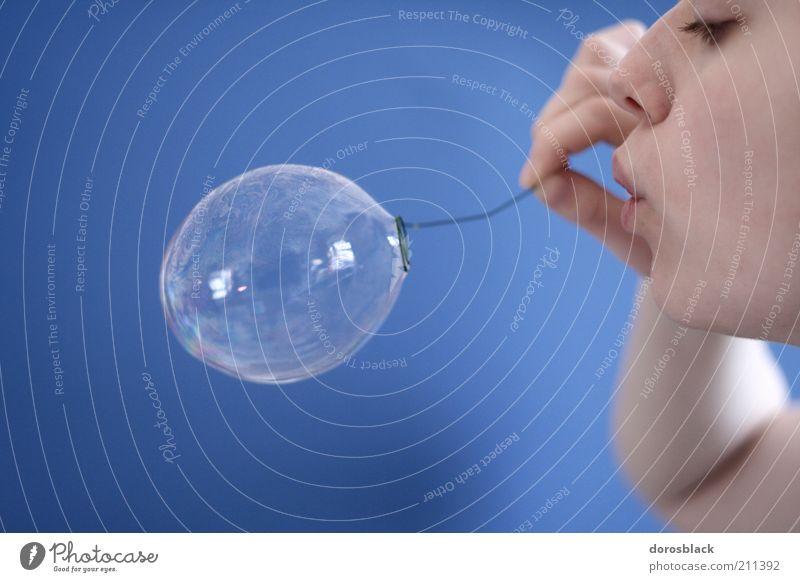 seifenblase Mensch Jugendliche blau feminin Luft Mund Erwachsene Kindheit einfach blasen leicht Kindheitserinnerung Seifenblase Leichtigkeit