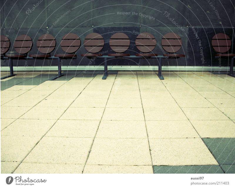 Rekreation Sitzreihe Bank Erholung Pause Sitzgelegenheit Rückenlehne Reihe aufgereiht Bodenplatten Zentralperspektive Menschenleer Textfreiraum unten