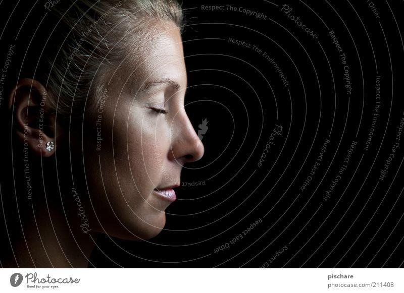ruhe Jugendliche schön Gesicht ruhig Erholung feminin träumen blond Erwachsene Gelassenheit Wohlgefühl verträumt Frau Ohrringe Frauengesicht Junge Frau
