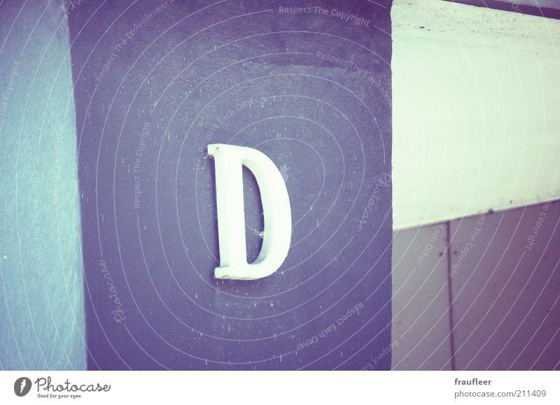 D Gebäude Säule Mauer Wand Fassade Buchstaben Zeichen Schriftzeichen Gedeckte Farben Außenaufnahme Detailaufnahme Menschenleer Textfreiraum rechts Tag Kontrast
