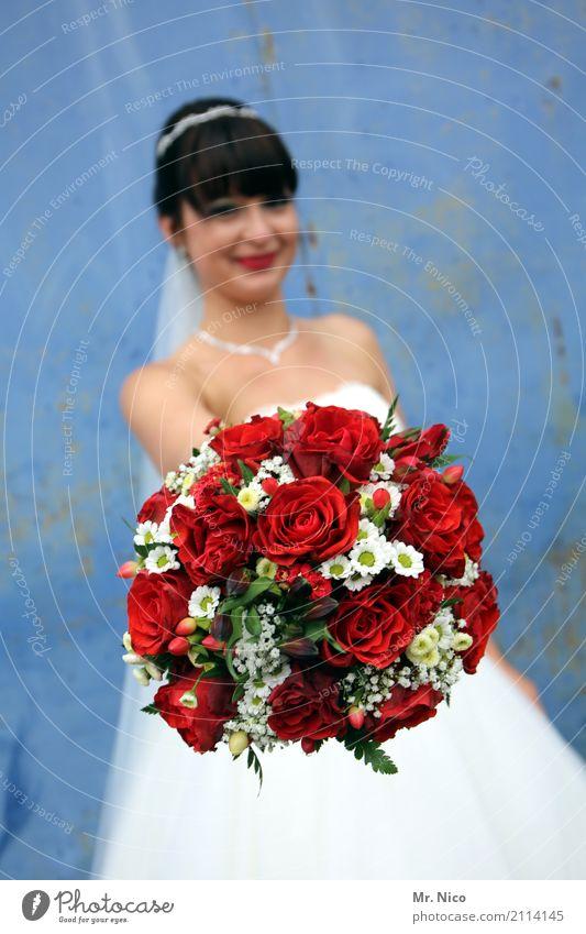 Feierlaune | kleine Aufmerksamkeit Mensch Blume rot Gefühle feminin Glück Stimmung Lächeln Lebensfreude Romantik Freundlichkeit Hochzeit Rose Blumenstrauß Duft