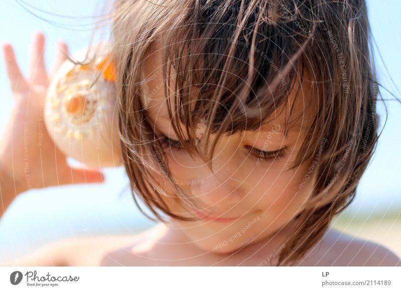 Zuhören und lächeln Mensch Kind Ferien & Urlaub & Reisen Sommer Sonne Meer Erholung ruhig Freude Strand Erwachsene Leben Lifestyle Gefühle Spielen Tourismus