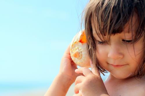ich höre zu Mensch Kind Sonne Meer Erholung ruhig Mädchen Strand Erwachsene Leben Gefühle Hintergrundbild Familie & Verwandtschaft Zufriedenheit Kindheit Insel