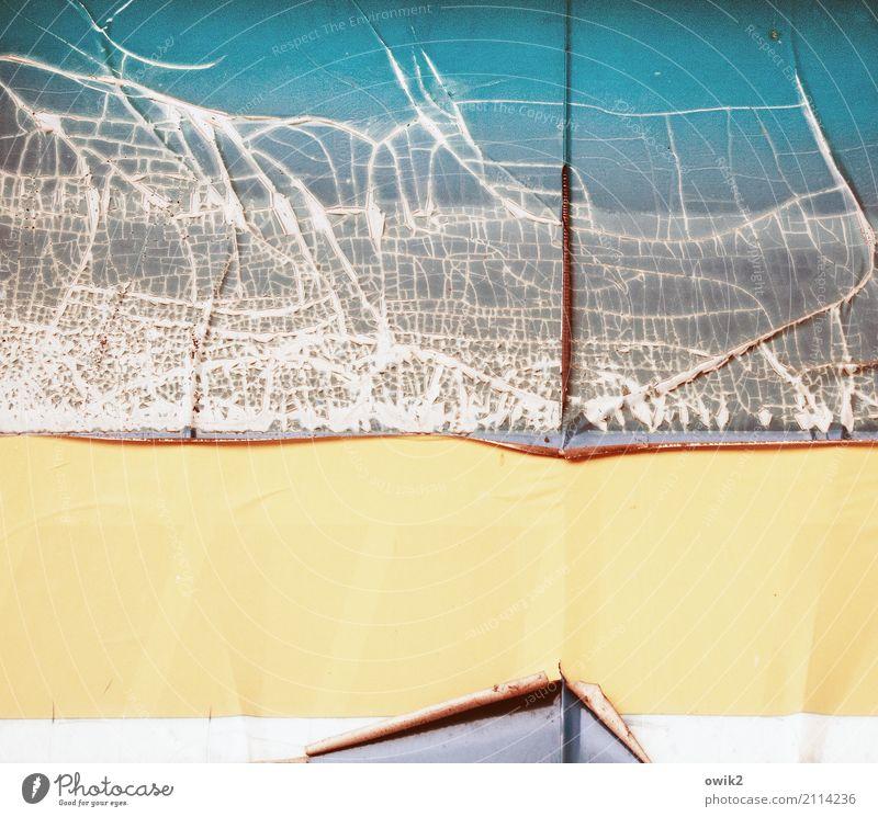 Topographie Kunstwerk Sammlerstück Werbeschild Firmenschilder Kunststoff alt dehydrieren gelb rot silber weiß Vergänglichkeit Riss gerissen Farbe Zahn der Zeit