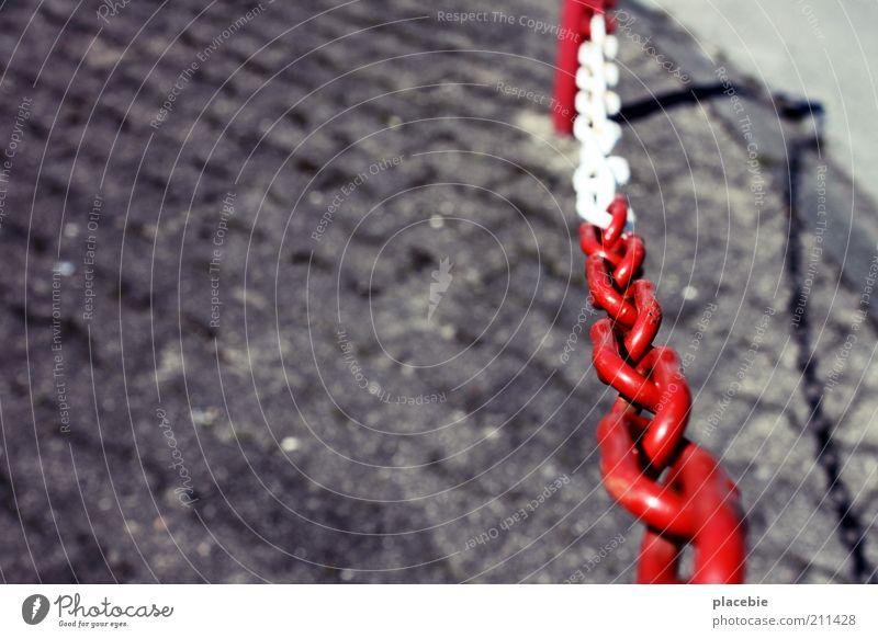 Einmal Kette rot-weiß, bitte! weiß rot Straße grau Stein Beton geschlossen Sicherheit bedrohlich Streifen Gesetze und Verordnungen Eingang Kontrolle Kette Barriere Verbote