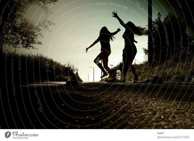 Sommertanz feminin Freundschaft 2 Mensch 13-18 Jahre Kind Jugendliche Feste & Feiern Tanzen Fröhlichkeit verrückt Freude Bewegung genießen Gedeckte Farben