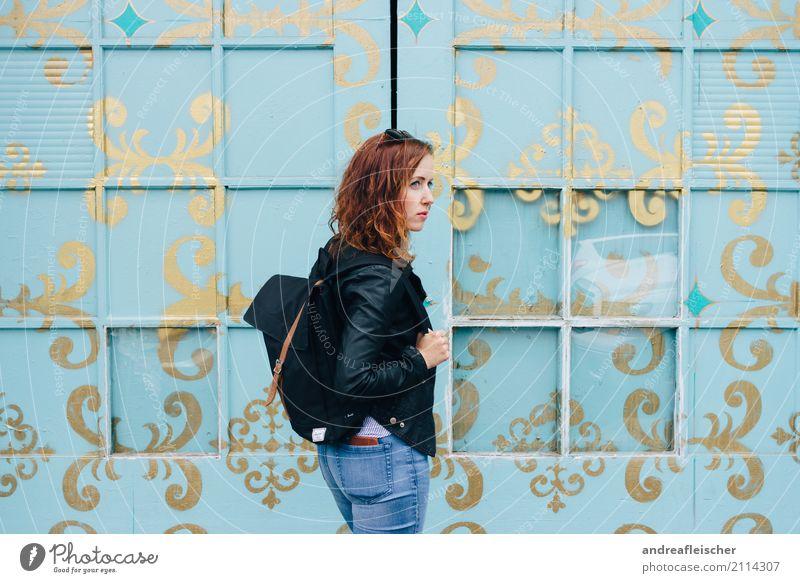 Junge Frau vor türkisfarbener bemalter Fensterfront Haare & Frisuren Ferien & Urlaub & Reisen Tourismus Ausflug Ferne Freiheit Städtereise Sommer feminin