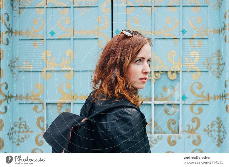 Junge Frau vor türkisfarbener bemalter Fensterfront Lifestyle elegant Stil Haare & Frisuren Ferien & Urlaub & Reisen Tourismus Ausflug Ferne Freiheit