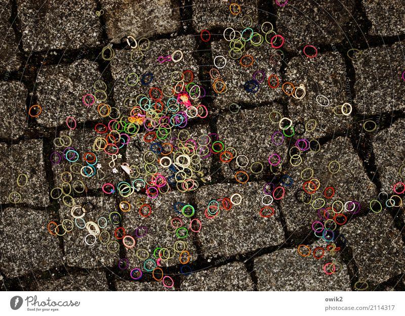 Kreisverkehr Bürgersteig Kopfsteinpflaster Straßenbelag Ring Gummi Haarband Geschenkband liegen fest Zusammensein klein lustig unten viele verrückt gelb grün
