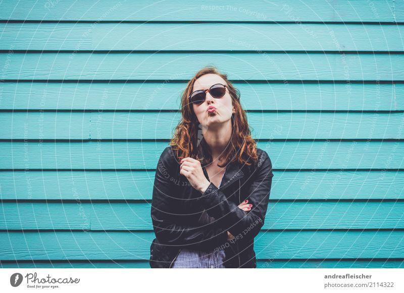 Junge Frau mit Kussmund und Sonnenbrille vor türkisfarbener Holzfassade Ferien & Urlaub & Reisen Tourismus Ausflug Freiheit Sightseeing Städtereise feminin
