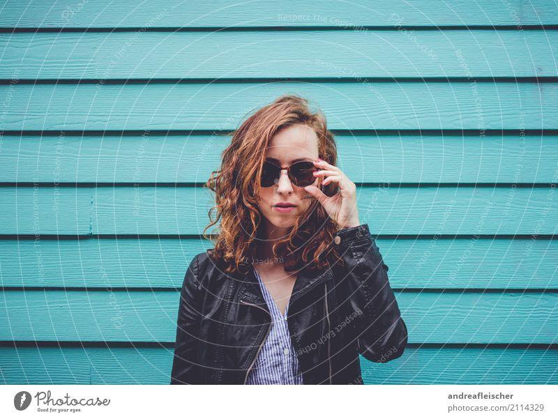 Coole junge Frau mit Sonnenbrille vor türkisfarbener Holzfassade Lifestyle Ferien & Urlaub & Reisen Tourismus Ausflug Ferne Freiheit Städtereise feminin