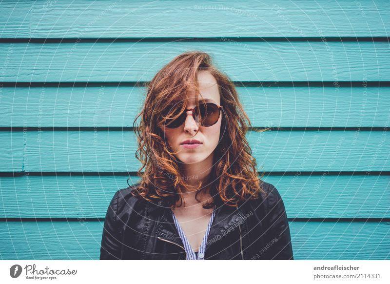 Coole junge Frau mit Sonnenbrille vor türkiser Holzfassade Ferien & Urlaub & Reisen Sommer Sommerurlaub feminin Junge Frau Jugendliche 1 Mensch 18-30 Jahre