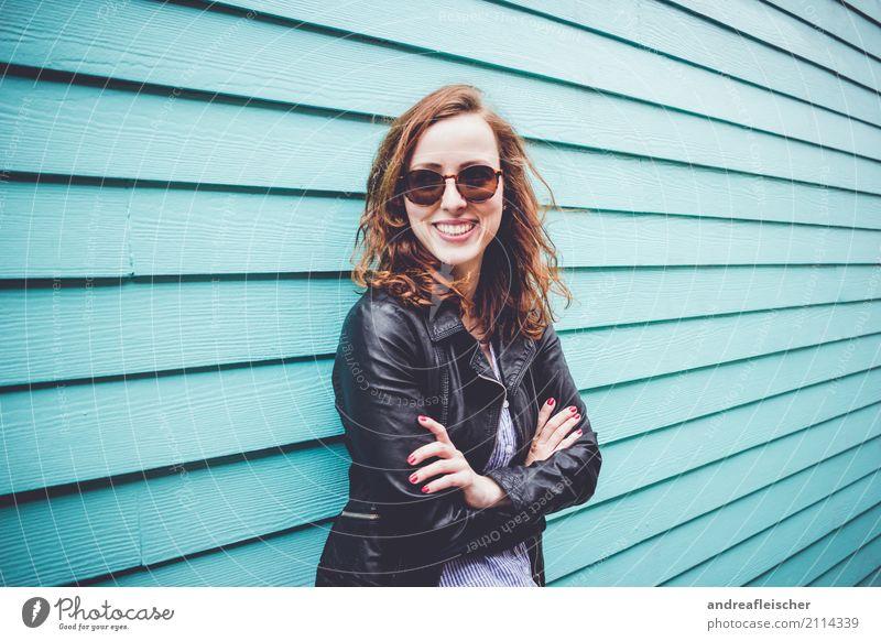 Lachende junge Frau mit Sonnenbrille vor türkisfarbener Holzfassade Lifestyle Ferien & Urlaub & Reisen Tourismus Ausflug Ferne Freiheit Sightseeing Städtereise