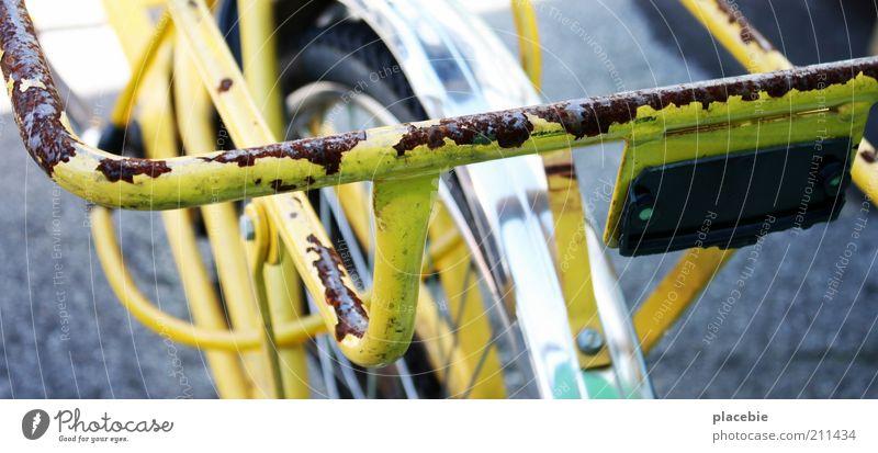 Eingerosteter Postbote alt gelb Bewegung Metall Arbeit & Erwerbstätigkeit Fahrrad dreckig fahren Vertrauen Rost Post silber Straßenverkehr Vorfreude Verkehrsmittel Verantwortung