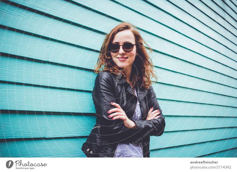 Coole junge Frau mit Sonnenbrille vor türkisfarbener Holzfassade Lifestyle feminin Junge Frau Jugendliche 1 Mensch 18-30 Jahre Erwachsene 30-45 Jahre rothaarig