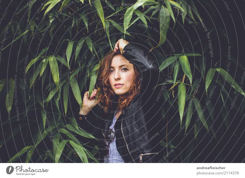 Junge Frau post mit Lederjacke im Bambusbusch Lifestyle elegant Stil Freude schön Haare & Frisuren Kosmetik Ferien & Urlaub & Reisen Ausflug Sommer feminin