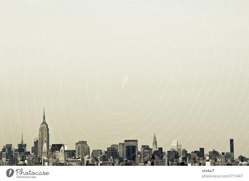 Bodensatz New York City USA Amerika Skyline Sehenswürdigkeit Empire State Building groß modern Stadt eng Gedeckte Farben Außenaufnahme Menschenleer