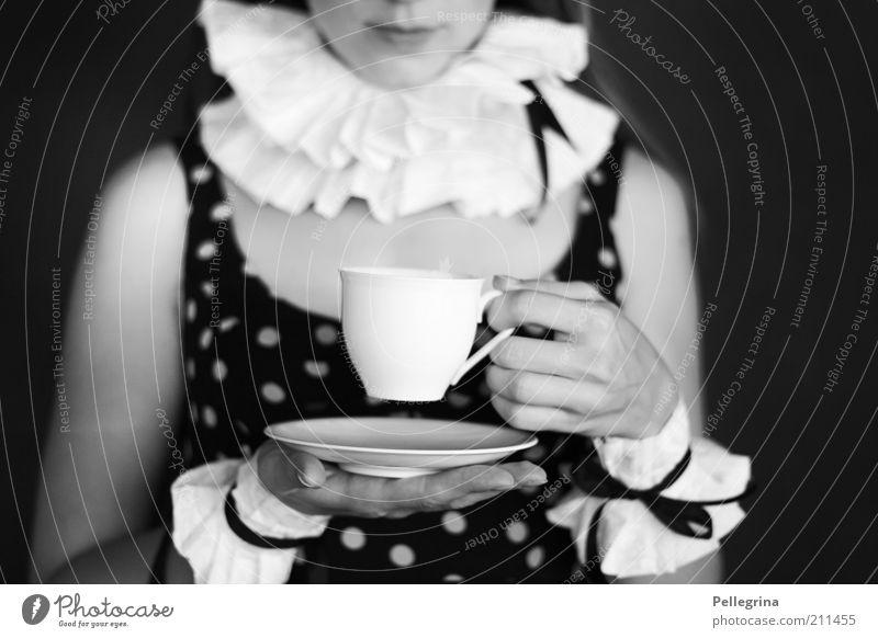 alice Mensch Jugendliche Hand Erwachsene feminin Stimmung Arme Mund Finger 18-30 Jahre Junge Frau Kleid Lippen Tasse Schwarzweißfoto Karnevalskostüm