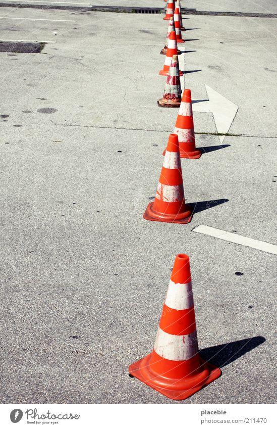 Vorsichtig aus der Reihe tänzeln weiß Straße grau orange Verkehr Platz Baustelle Asphalt Reihe viele Verbote Warnhinweis Schilder & Markierungen Verkehrsleitkegel Textfreiraum links Warnschild
