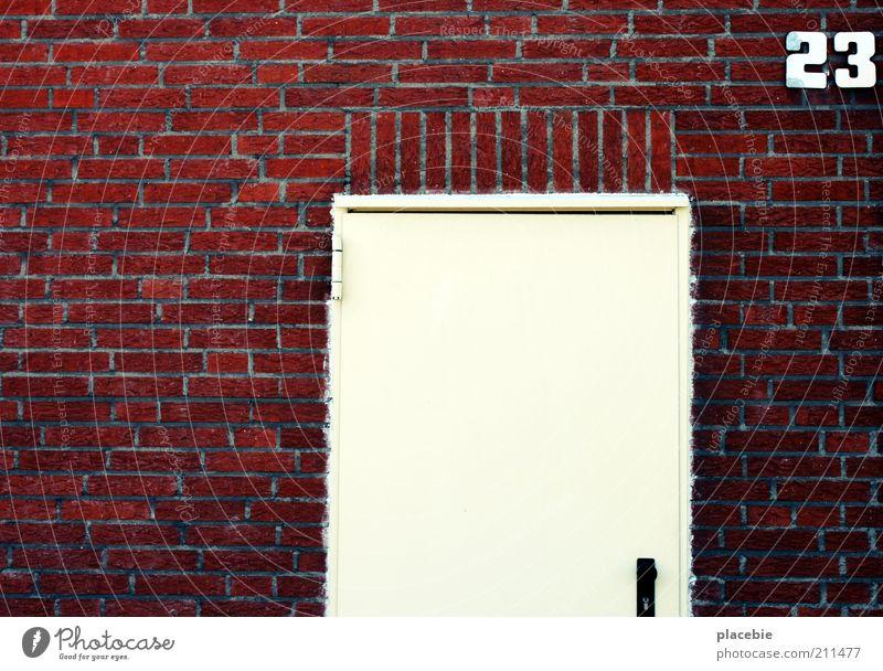 Dreiundzwanzig weiß rot Haus Wand Stein Mauer Gebäude Tür Fassade geschlossen Ziffern & Zahlen Zeichen Backstein Eingang Ausgang Textfreiraum