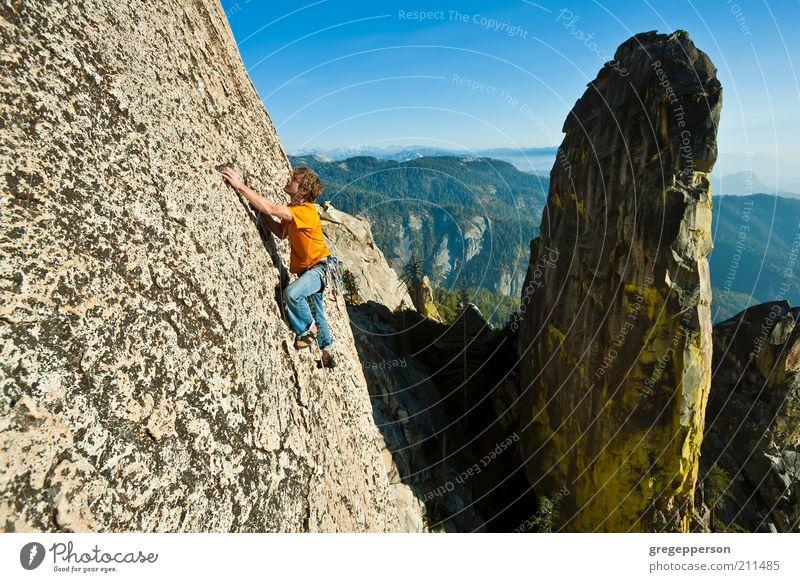 Kletterer erreichen. Leben Abenteuer Freiheit Berge u. Gebirge Sport Fitness Sport-Training Klettern Bergsteigen Junger Mann Jugendliche 1 Mensch 18-30 Jahre