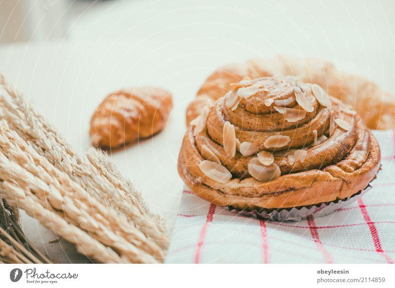 frisches Brot und Backwaren auf Holz Lebensmittel Teigwaren Brötchen Croissant Frühstück Mittagessen Abendessen Diät Kaffee Lifestyle Tisch Küche natürlich