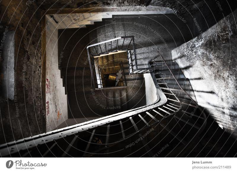 Stairway Treppe alt dunkel Angst Perspektive Geländer Spirale tief Vignettierung Wendeltreppe Turm Schatten Weitwinkel Vertigo Farbfoto Innenaufnahme