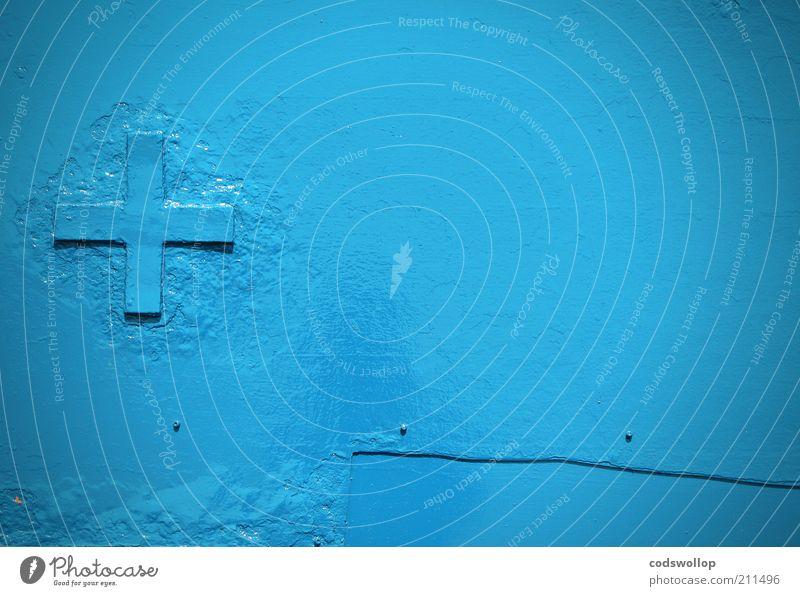 The Onedin Line Stahl Zeichen blau Kreuz Niete Blech bemalt gestrichen ruhig minimalistisch Reparatur repariert Lack lackiert Plus Bordwand Farbfoto