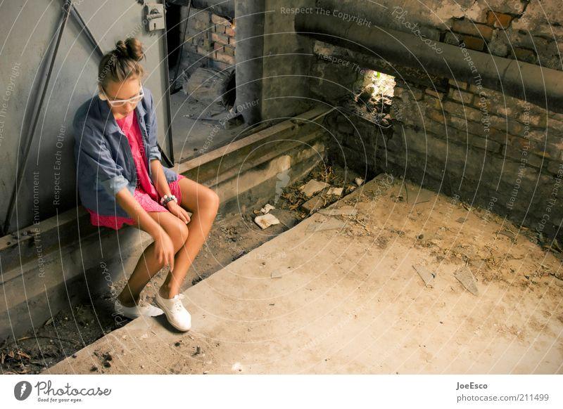#211499 Lifestyle Stil Keller Frau Erwachsene Leben Ruine Mauer Wand Mode Kleid Schuhe Denken Erholung sitzen warten Coolness dreckig trendy kaputt schön