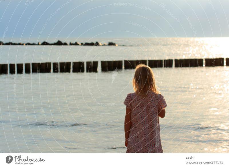 Ostsee Mensch Kind Natur Wasser blau Mädchen Sommer Meer Strand Einsamkeit Freiheit Küste Stein träumen Horizont Kindheit