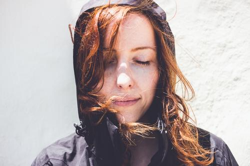 Junge Frau mit lockigen Haaren und Windjacke Lifestyle Ferien & Urlaub & Reisen Tourismus Ausflug Ferne Freiheit Sommerurlaub feminin Jugendliche 1 Mensch