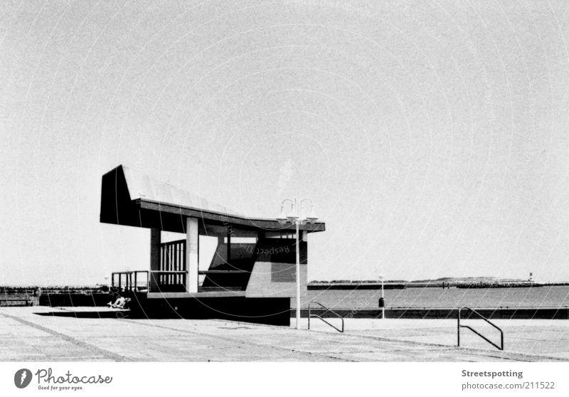 Helgoland 2.0 Hafen Architektur Uferpromenade Schwarzweißfoto Außenaufnahme Experiment Tag Sonnenlicht Dach Hintergrund neutral Textfreiraum oben Anlegestelle
