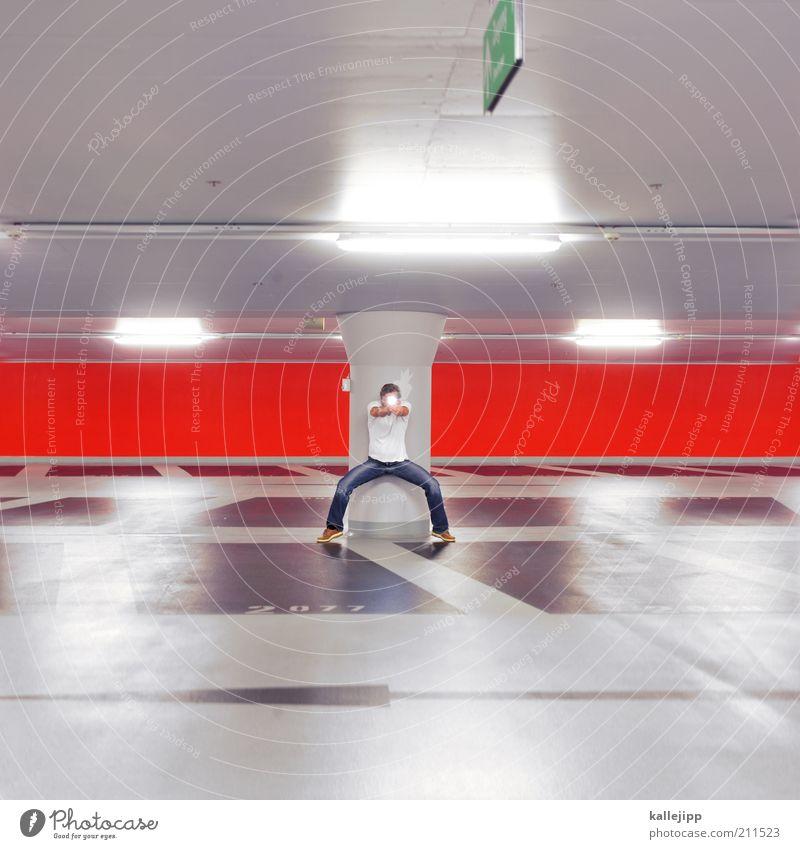 high noon Mensch maskulin Mann Erwachsene 1 Parkhaus Architektur Mauer Wand Ziel Pistole schießen zielen Waffe Taschenlampe Defensive rot Säule Pfeil planen