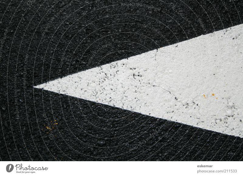 Pfeil weiß schwarz Farbe nass Schilder & Markierungen Verkehr authentisch einfach Asphalt Spitze vorwärts Pfeil Zeichen Richtung Symbole & Metaphern Verkehrswege