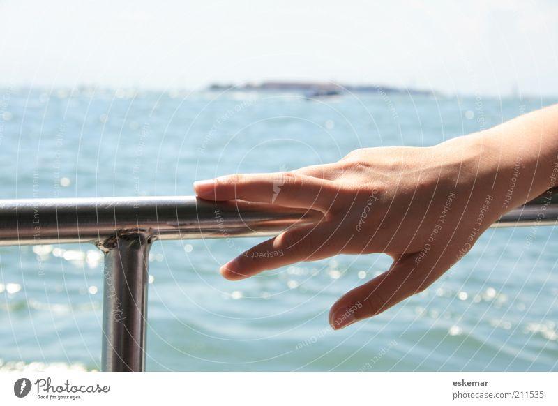 Hand Frau Wasser blau Sommer Ferien & Urlaub & Reisen Meer feminin See Wasserfahrzeug Erwachsene Haut elegant Finger Insel liegen