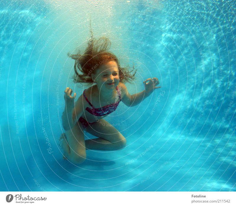 Ommmmmmmmmm! Mensch Mädchen Kindheit Haut Haare & Frisuren Gesicht Arme Hand Finger Beine hell nass blau Wasser Unterwasseraufnahme Schwimmbad tauchen Luftblase