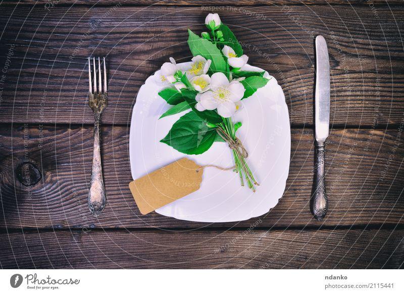 Weißes Teller- und Metallbesteck Abendessen Besteck Gabel Dekoration & Verzierung Tisch Küche Restaurant Blume Blumenstrauß Holz alt oben braun Jasmin Plakette
