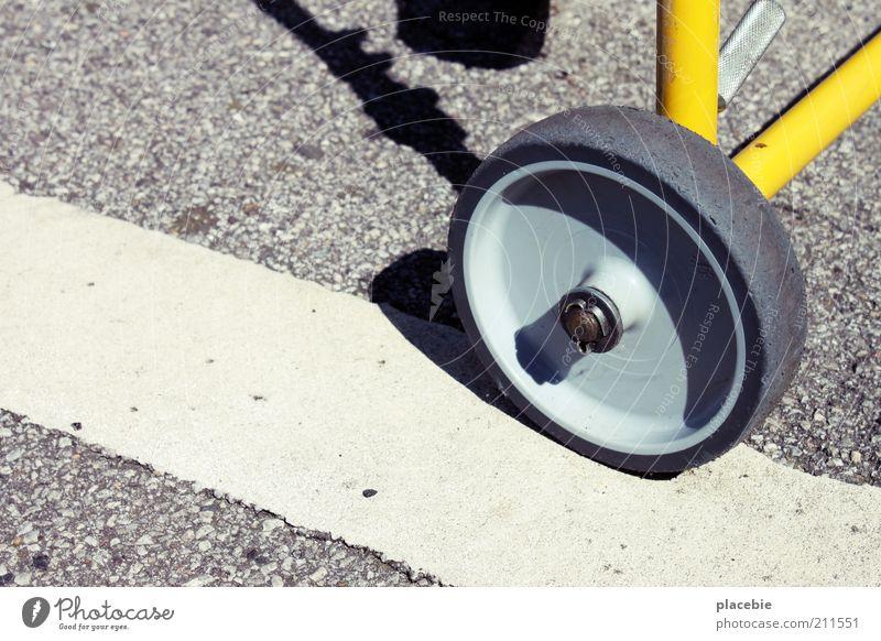Die Post auf dem Straßenstrich weiß schwarz gelb grau Linie Metall rund Asphalt Streifen Dienstleistungsgewerbe Rad Kunststoff Verkehrswege Material