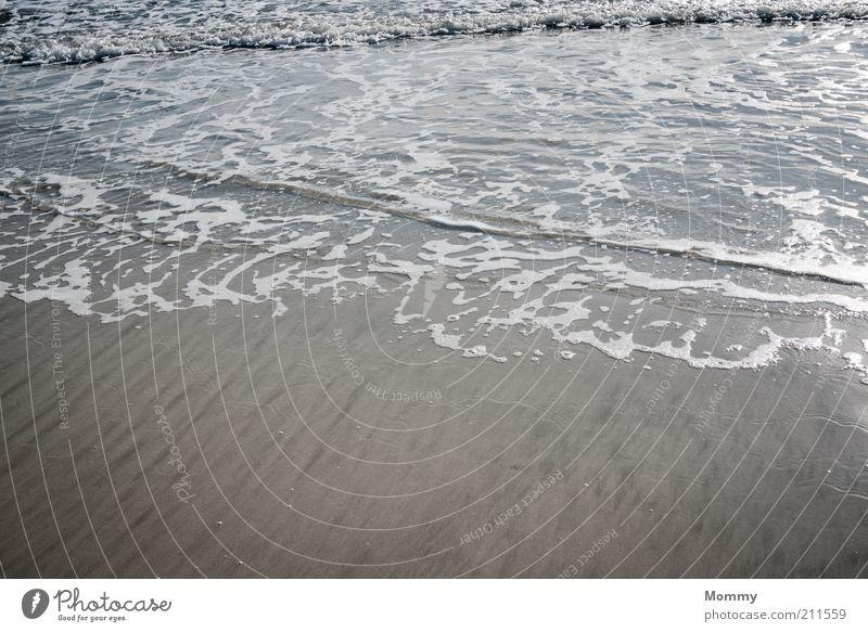 Die Flut Natur Sand Wasser Schönes Wetter Wellen Küste Strand Meer nass Farbfoto Außenaufnahme Tag Weitwinkel Sandstrand Menschenleer Detailaufnahme fließen