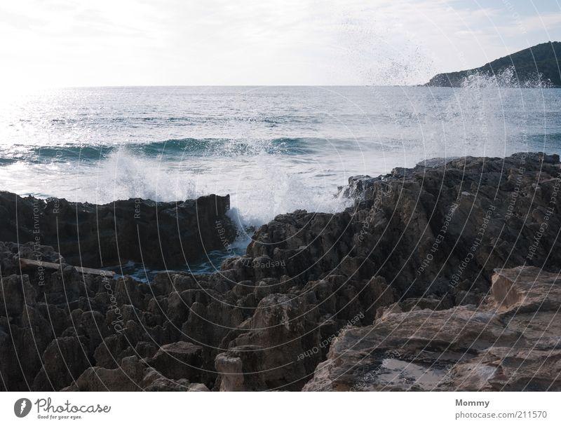 Fels in der Brandung Wasser Wassertropfen Himmel Wolken Sonne Schönes Wetter Felsen Wellen Küste Bucht Meer Ferien & Urlaub & Reisen Farbfoto Außenaufnahme