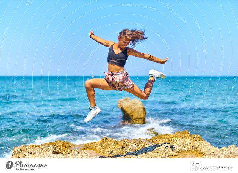 Sommerfreude Mensch Ferien & Urlaub & Reisen Jugendliche Junge Frau Sonne Meer Erholung Freude Ferne Strand 18-30 Jahre Erwachsene Leben feminin Glück