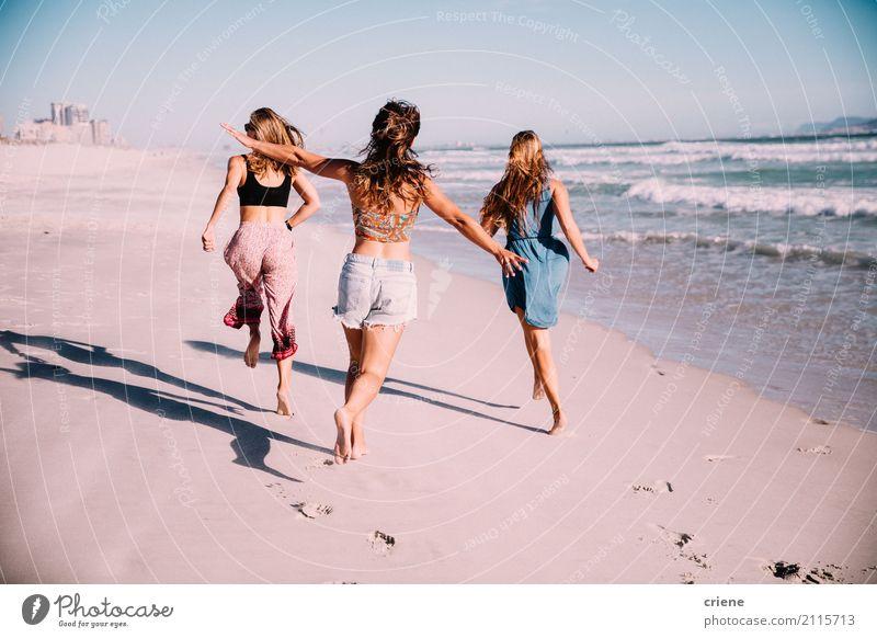 Gruppe Freundinnen, die am Strand im Sommer laufen Mensch Ferien & Urlaub & Reisen Jugendliche Junge Frau Meer Freude 18-30 Jahre Erwachsene Wärme Lifestyle
