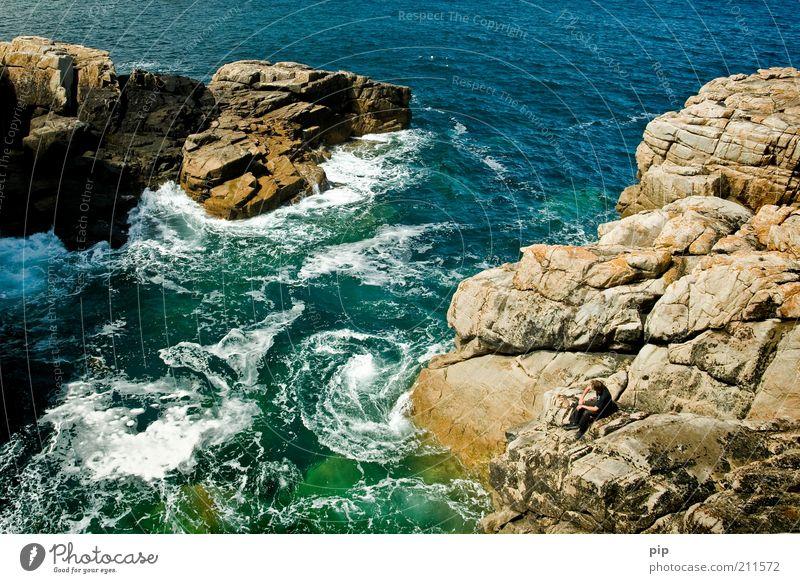 bay watch Mensch maskulin 1 Natur Urelemente Wasser Sommer Felsen Wellen Küste Bucht Riff Stein beobachten sitzen bedrohlich fantastisch blau grün Naturgewalt
