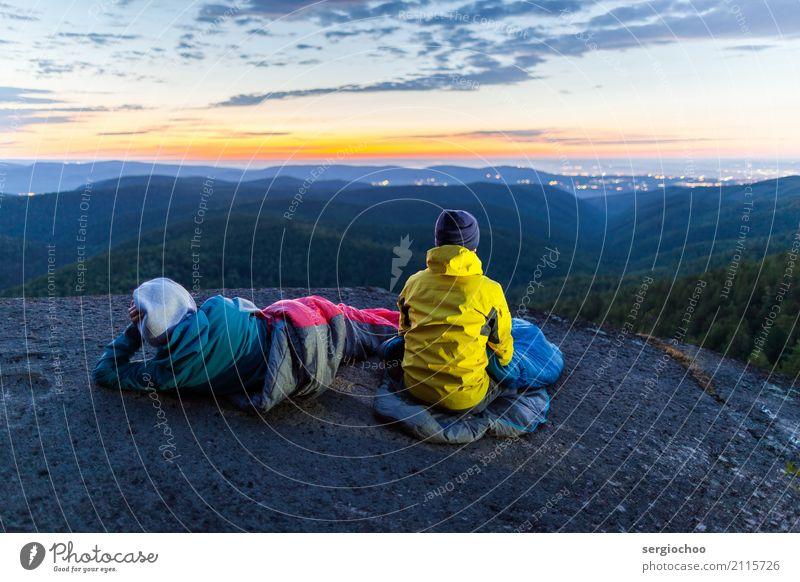 Betrachtung wandern Klettern Frau Erwachsene Mann Freundschaft Paar 2 Mensch 18-30 Jahre Jugendliche Natur Landschaft Himmel Wolken Nachthimmel Sonnenaufgang
