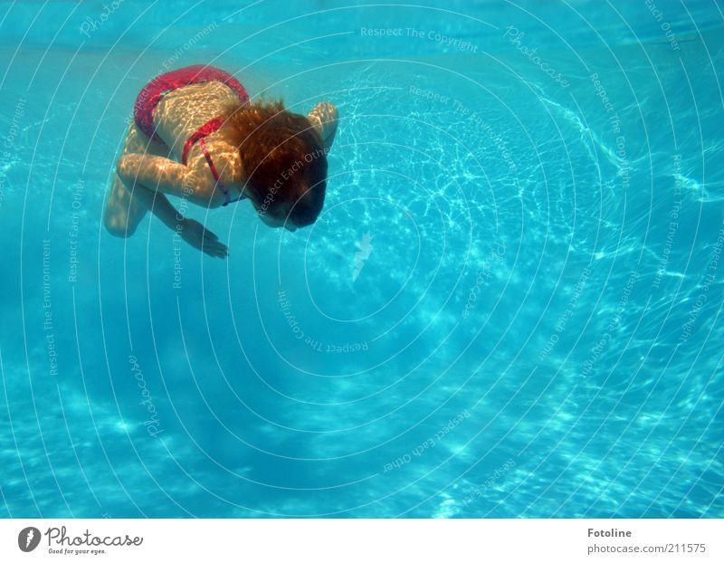 Ferienspaß Mensch Kind blau Hand Ferien & Urlaub & Reisen Mädchen Sommer Freude kalt Haare & Frisuren Beine hell Kindheit Rücken Arme Schwimmen & Baden