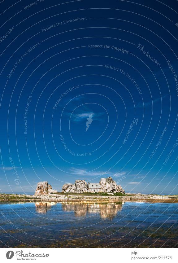ruhige nachbarschaft Natur Wasser Sommer Schönes Wetter Küste Meer Haus Hütte Stein blau Sicherheit Schutz eng Felsen Himmel eingekeilt Reflexion & Spiegelung